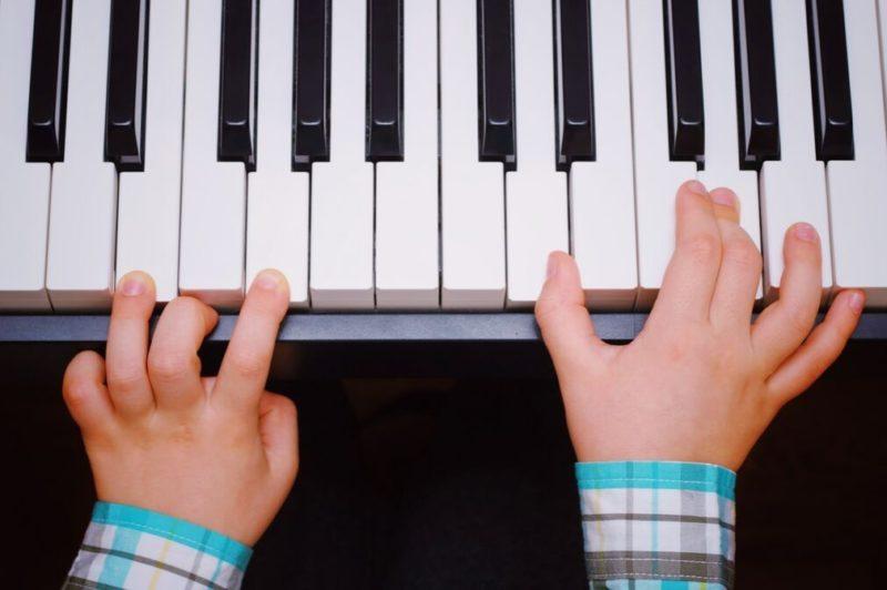 子供がピアノを弾く画像