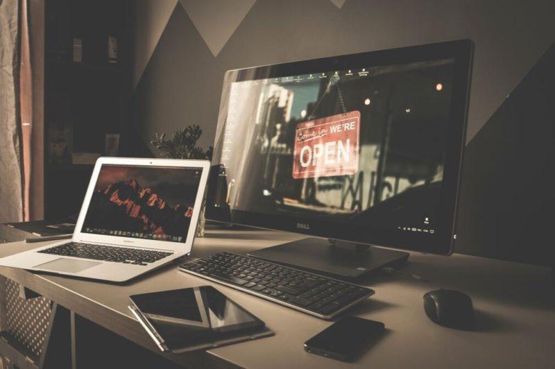 パソコンとホームページのイメージ