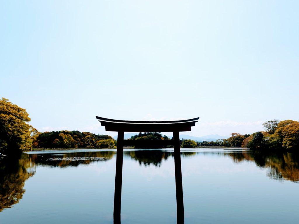 中津市の薦神社の池の鳥居