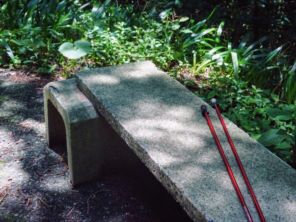 皿倉山ベンチとモンベルの杖