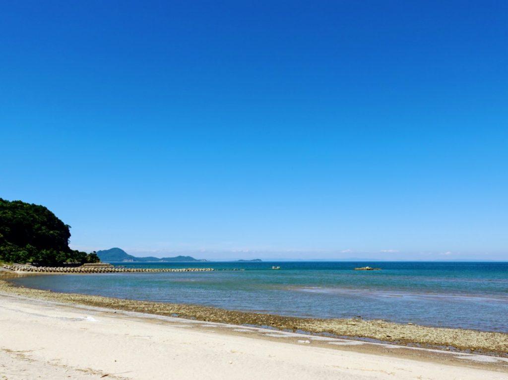 海辺と珈琲ことりの前の海岸