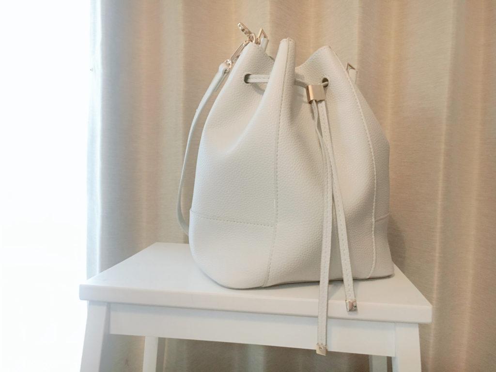 ZARAの白い巾着バッグ