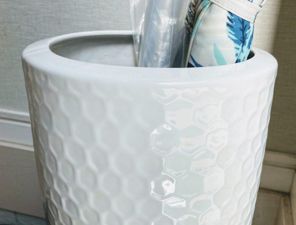 白い陶器の傘立て