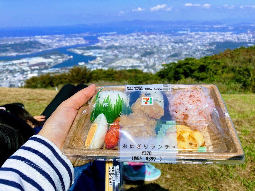皿倉山の頂上で食べたコンビニ弁当