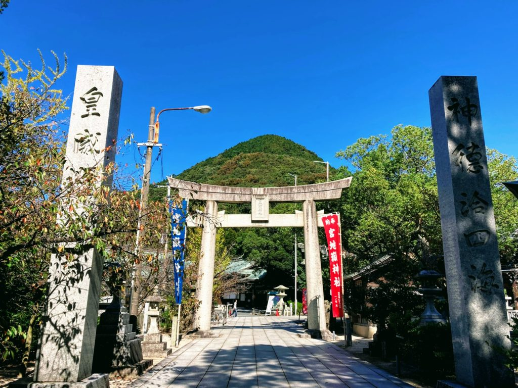 宮地嶽神社の鳥居から見える山