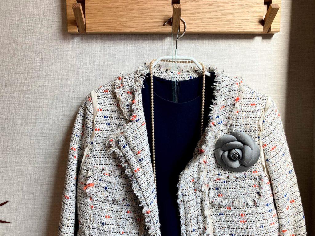40代母の入学式コーデ ツイードジャケット コサージュ パールネックレス